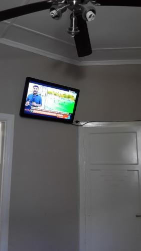 Una televisión o centro de entretenimiento en Casarufino
