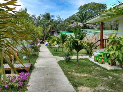 Ein Garten an der Unterkunft KOH KOOD GARDEN RESORT