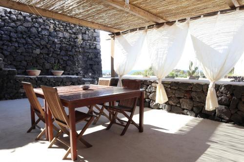 Um restaurante ou outro lugar para comer em Il Dammusino di Pantelleria