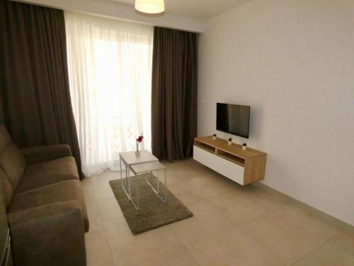 A seating area at Bugibba 1 Bedroom Apartment