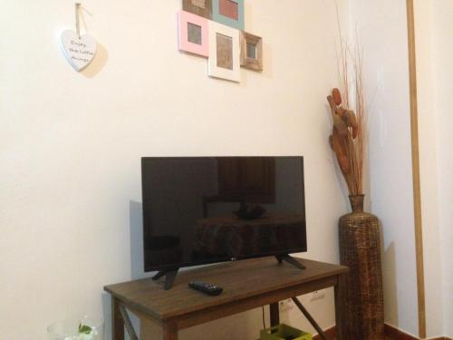 A television and/or entertainment center at Apartamentos Rurales Venta El Salat