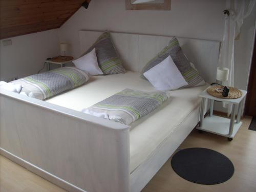 A bed or beds in a room at Ferienwohnung Lahntal/Taunus