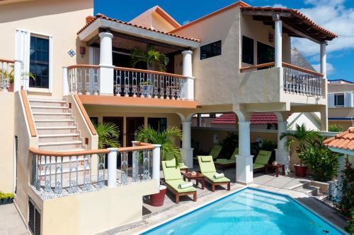 المسبح في Righetto Vacation Rentals أو بالجوار