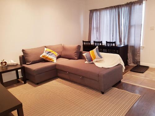 A seating area at Cozy 3 bedroom minutes to the falls