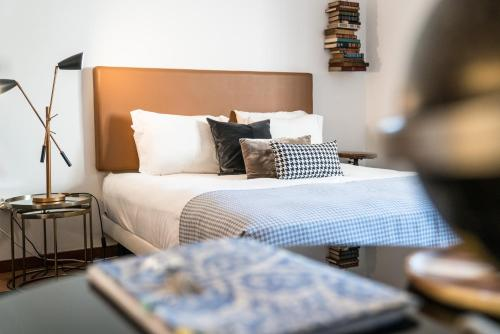 A bed or beds in a room at Downtown Residence by Apartments2Enjoy