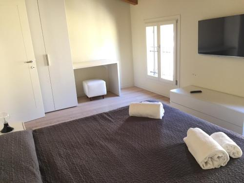 A bed or beds in a room at appartamento guglia