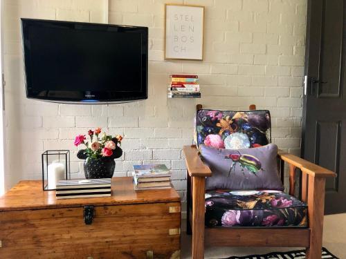 Una televisión o centro de entretenimiento en 5 Oaks Guest Suite