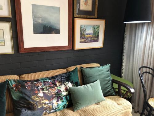 Cama o camas de una habitación en 5 Oaks Guest Suite