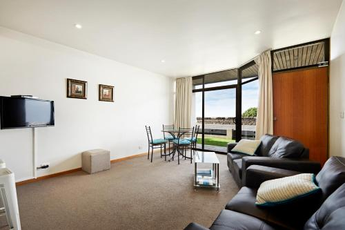 A seating area at Accommodation Portland Victoria