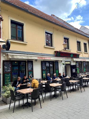 Reštaurácia alebo iné gastronomické zariadenie v ubytovaní Patrick's Pub