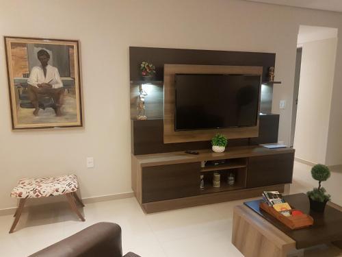 A television and/or entertainment centre at Apartamento de 3 quartos a 100 metros da Praia de Boa Viagem
