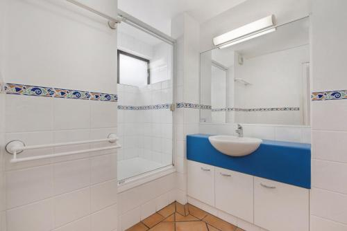 A bathroom at Alexandria Apartments