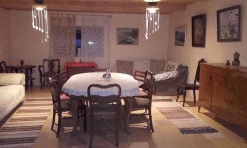 Restorāns vai citas vietas, kur ieturēt maltīti, naktsmītnē Ružēni Apartment