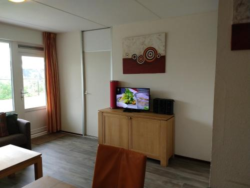 A television and/or entertainment center at SCHELP Bed by the Sea