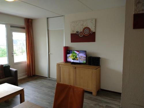 Een TV en/of entertainmentcenter bij SCHELP Bed by the Sea
