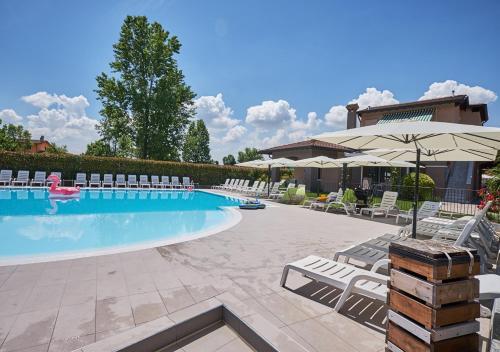 בריכת השחייה שנמצאת ב-Villaggio Turistico Lugana Marina או באזור