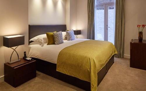 A bed or beds in a room at Cheval Harrington Court at South Kensington