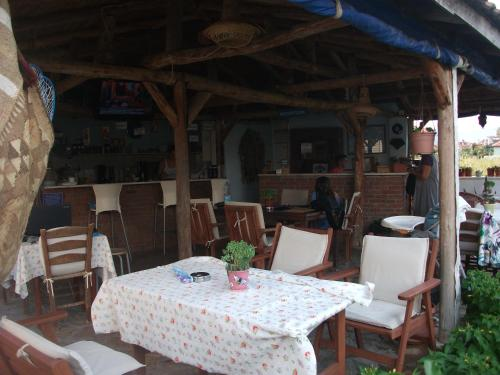 A restaurant or other place to eat at Mavikosk