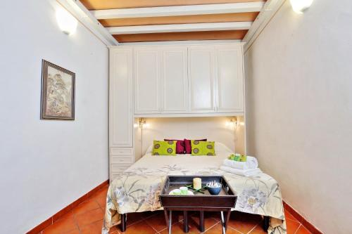 A bed or beds in a room at Navona Delightful Apartment