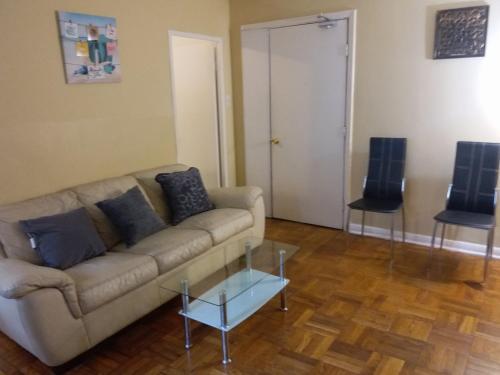 Zona de estar de Toronto Furnished Living
