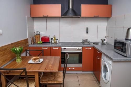 Een keuken of kitchenette bij Red Kurka Apartments