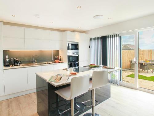 A kitchen or kitchenette at Cysgod Y Capel