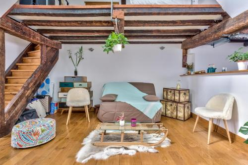 A seating area at Lovely Cocoon in the Heart of Paris - An Ecoloflat
