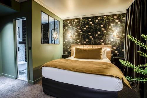 A bed or beds in a room at Rayz Eiffel