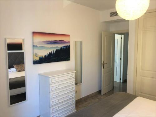Una televisión o centro de entretenimiento en Marques de Salamanca apartment