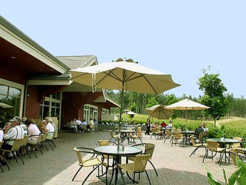 Un restaurante o sitio para comer en Quail Ridge Pinnacle Pointe by Kelowna Condo Rentals