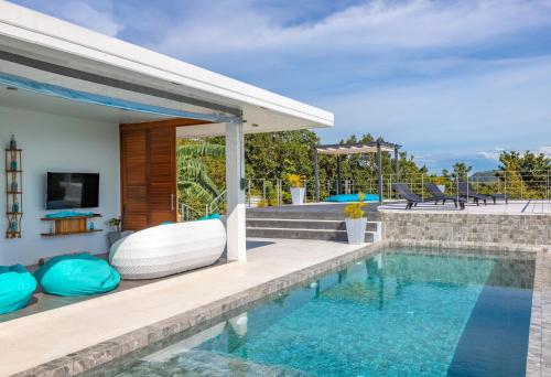 Der Swimmingpool an oder in der Nähe von Shades of Blue