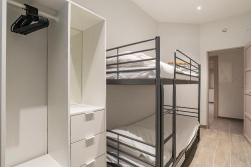A bunk bed or bunk beds in a room at CityCosy Strasbourg - Modern Family Deserte