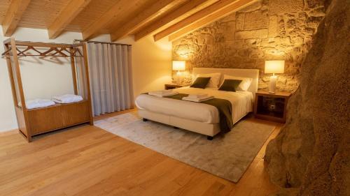 Uma cama ou camas num quarto em Casas da Penha