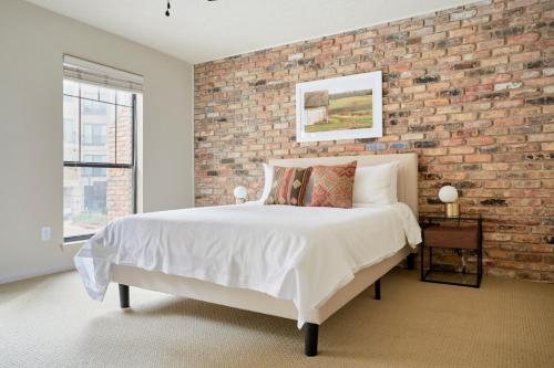 A bed or beds in a room at Sonder — 2320 Marquee Uptown