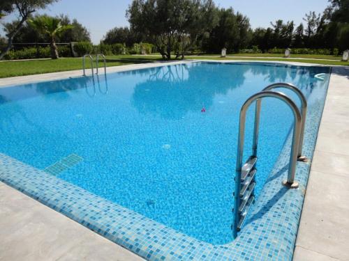 בריכת השחייה שנמצאת ב-DAR ALI או באזור