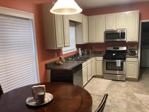 A kitchen or kitchenette at Porter Manor