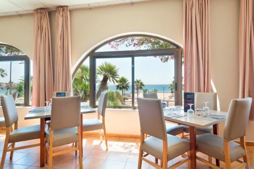 Best Club Vacaciones Pueblo Indalo tesisinde bir restoran veya yemek mekanı
