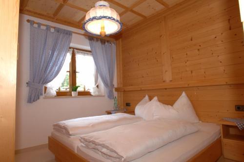 Ein Bett oder Betten in einem Zimmer der Unterkunft Haus Lukasser