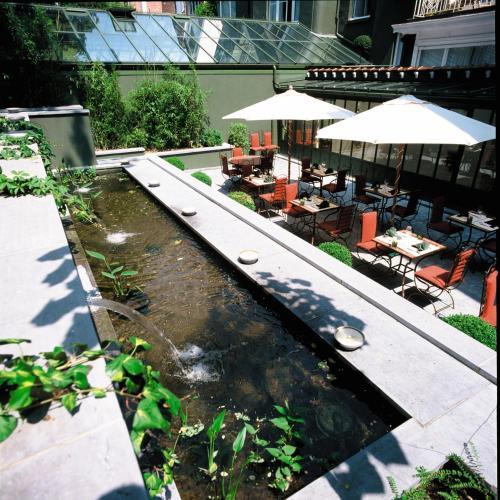 Ein Blick auf den Pool von der Unterkunft Hotel Manos Premier oder aus der Nähe