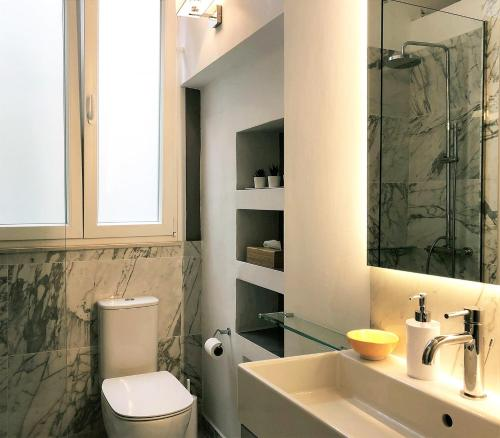 Um banheiro em Acropolis TownHouseCo