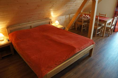 Postel nebo postele na pokoji v ubytování Roubenka Deštné