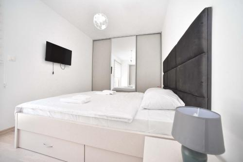 A bed or beds in a room at Luxury Fontana Apartments