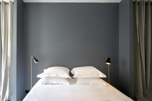 A bed or beds in a room at Drouot Luxe