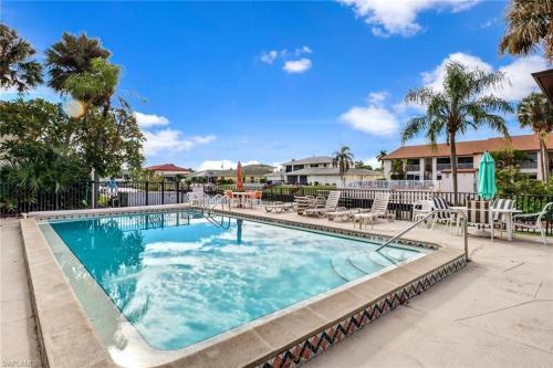 Der Swimmingpool an oder in der Nähe von Cozy Condo