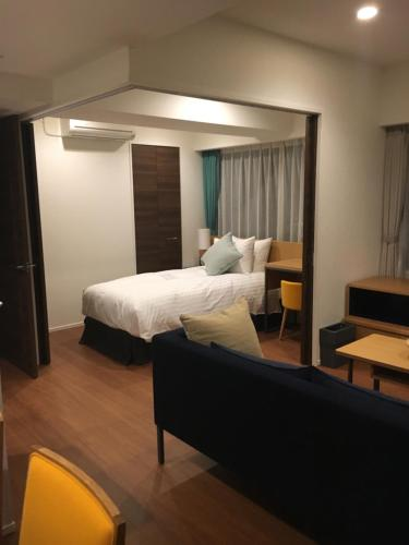 A bed or beds in a room at Oakwood Apartments Nishi-Shinjuku