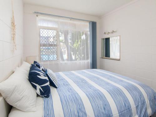 A bed or beds in a room at Forster Holiday Lodge 4 - Central location!