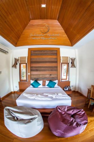 A bed or beds in a room at Salakphet Resort