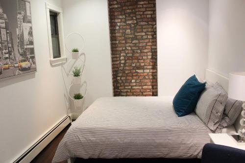 Uma cama ou camas num quarto em Superb 3BR Apt Located Near Times Square