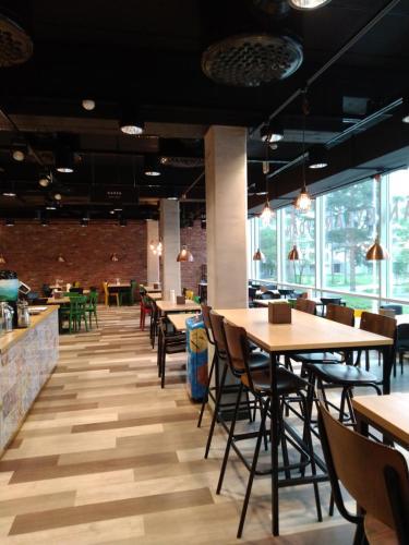 A restaurant or other place to eat at Kesähotelli Rentukka