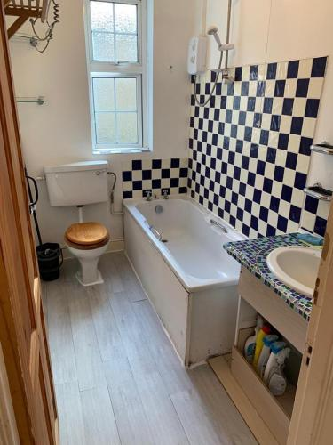 A bathroom at Euston 2 beds flat